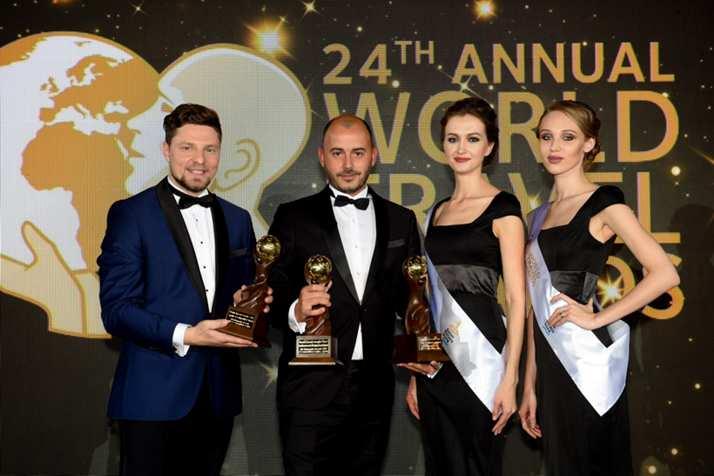 Giorgio Ascolesen recibiendo los premios
