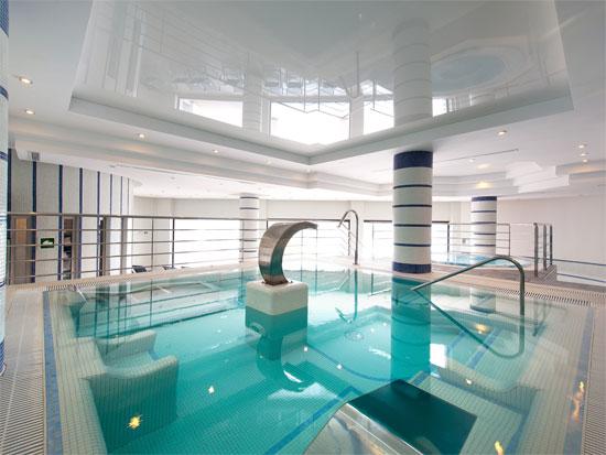 Disfrutarás practicando padel, y recuperando después la energía perdida sumergida en el circuito de aguas del spa
