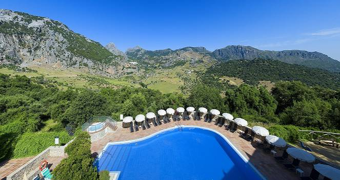 Piscina del hotel Fuerte Grazalema con jacuzzi exterior y vistas al Parque Natural de Sierra de Grazalema