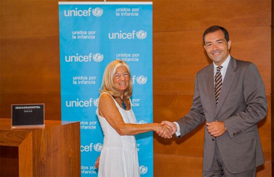 Raúl Sierra, General Manager de Ibiza Gran Hotel, y Carmen Fano, Presidenta de UNICEF Eivissa