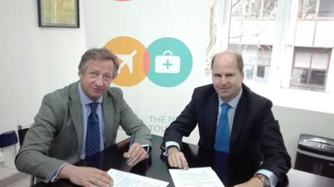 Firma del acuerdo suscrito entre Spaincares y Tubbo.