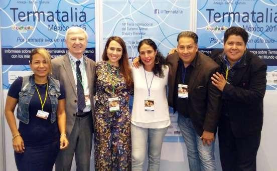 El director de la feria acompañado por la Consejera de Turismo de España en México, reporteros de Televisa y otros profesionales del sector en el stand de Termatalia en Expo Spa
