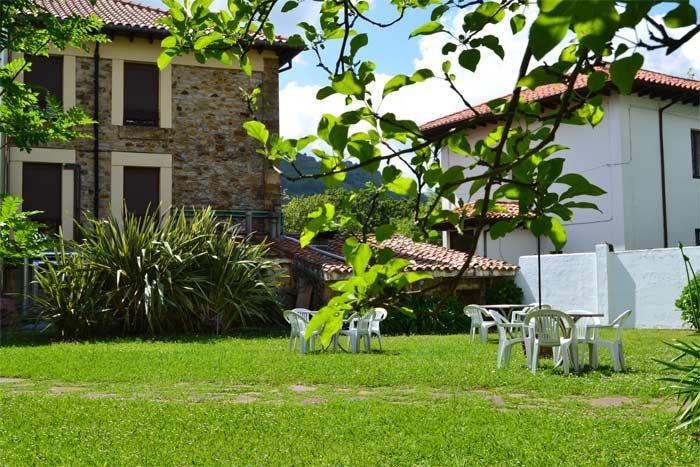 Jardín y Fachada Hotel Termas