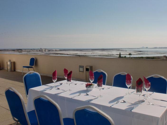 Mesa con vistas a la playa