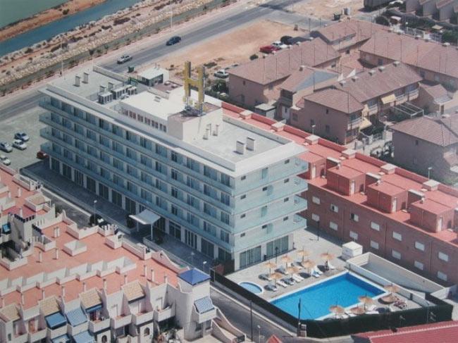 Vista aerea del hotel y la piscina