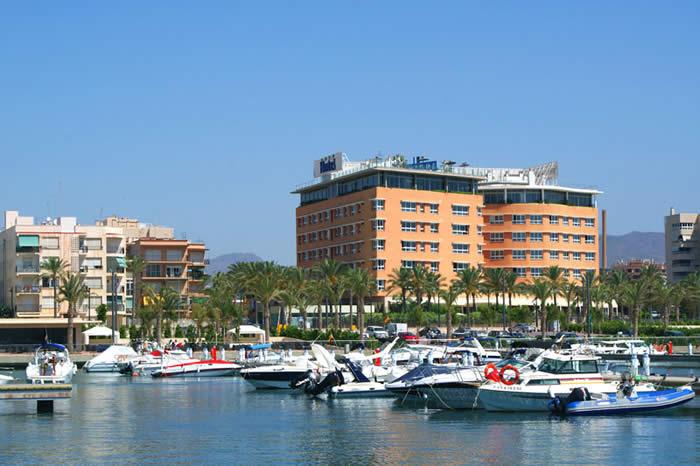Vista exterior de Hotel y Puerto