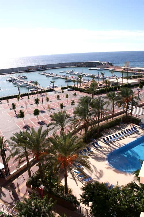 Vista de la piscina exterior y el puerto.