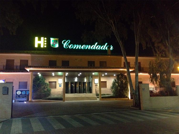 Fachada hotel nocturna