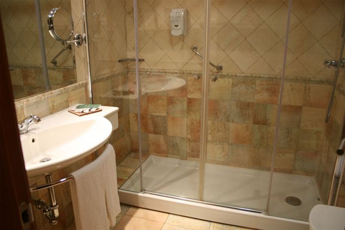 Baño con ducha habitacion doble