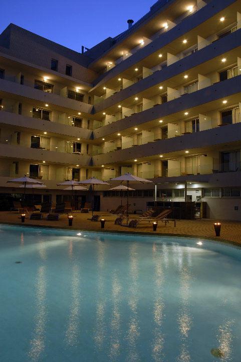 Vista nocturna de la piscina exterior