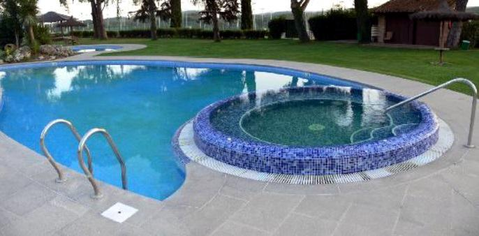 Jacuzzi en la piscina exterior