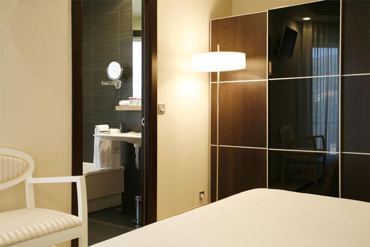 Habitación con cuarto de baño al fondo