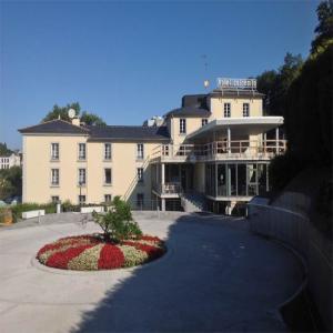 Vista frontal con puerta de entrada  Balneario de Lugo