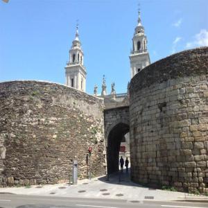 Puerta de la Catedral de la Muralla de Lugo  Balneario de Lugo